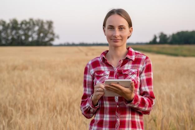 Technologin agronomenin mit tablet-computer sendet daten in die cloud smart farming und digitale...
