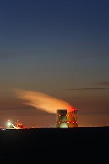 Technologischer bau des kernkraftwerks vor dem hintergrund des zwielichthimmels