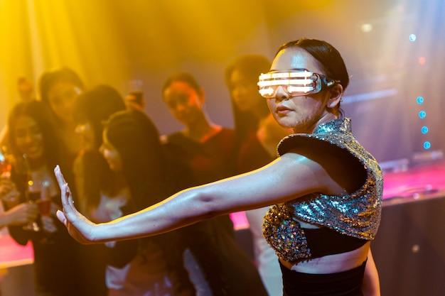 Technotänzer im nachtclub tanzen im takt der musik von dj