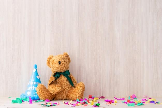 Teddy bear auf einem romactic partytischregal-kopienraum