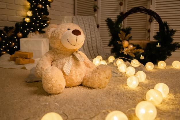 Teddybär auf der weihnachtsdekoration