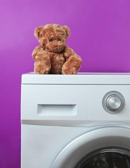 Teddybär auf einer waschmaschine