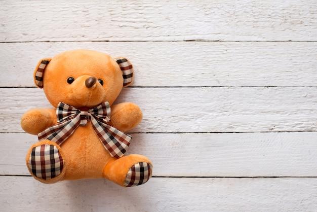 Teddybär betreffen weißen hölzernen hintergrund, kopienraum.