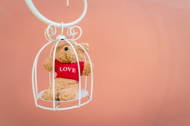 Teddybär einen weißen käfig in