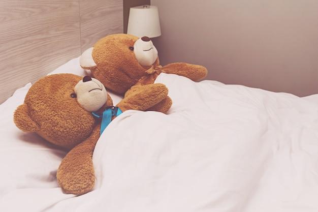 Teddybär im bett liegend