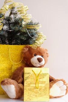 Teddybär mit feiertagsdekoration und -geschenken
