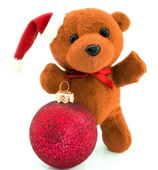 Teddybär mit roter weihnachtskugel /weihnachten/teddy isoliert auf weiß