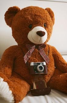 Teddybär mit vintage 35mm kamera