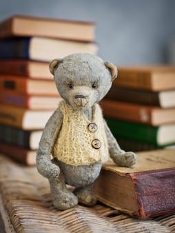 Teddybär sitzt auf einem vintage-buch