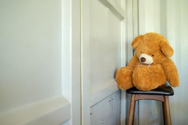 Teddybär sitzt einsam und wartet auf etwas zurück.