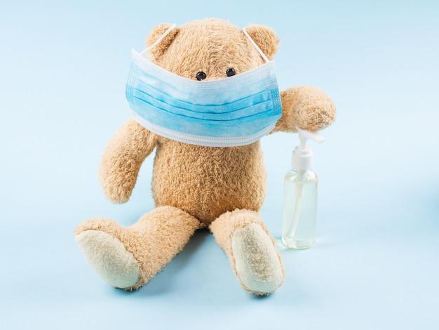 Teddybär trägt medizinische gesichtsmaske. covid-19