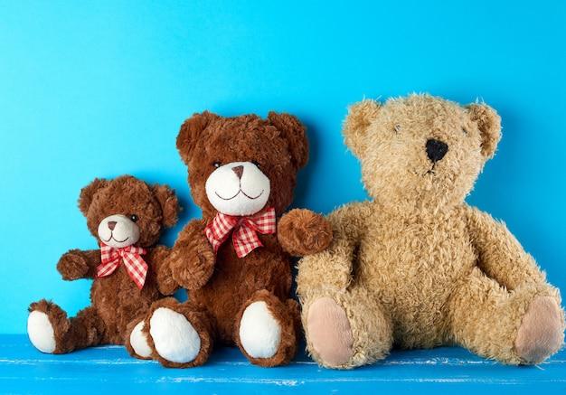 Teddybären auf einem blauen hintergrund, freundschaftskonzept