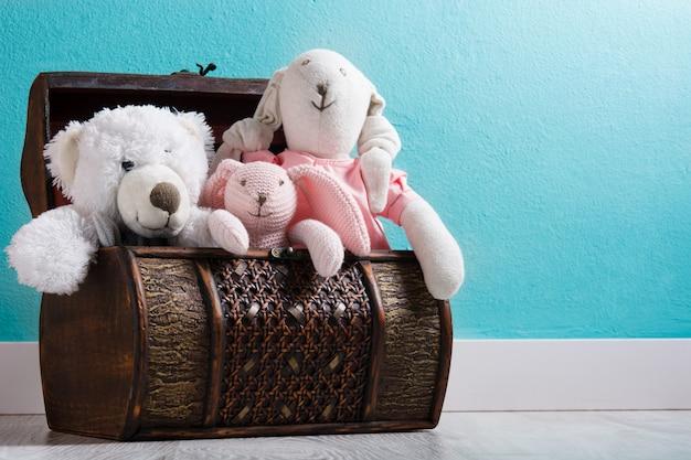 Teddybären in einer truhe