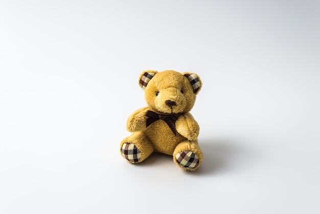 Teddybärspielzeugbär lokalisiert auf weißem hintergrund