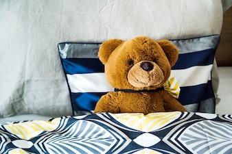 Teddybär auf dem Bett
