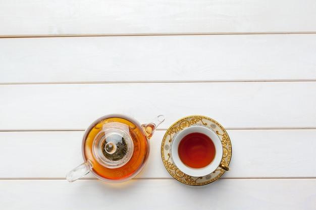 Tee auf dem holztisch