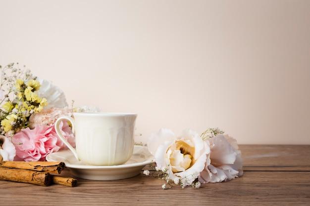 Tee auf vorderansicht des holztischs