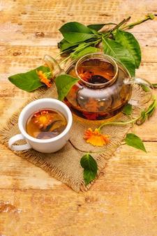 Tee aus frischen ringelblumen