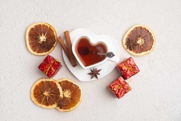 Tee des neuen jahres auf einem weißen hintergrund. glitzer und weißer hintergrund. urlaub. feiertagsdekorationen. das layout ist eine festliche teeparty. weihnachten