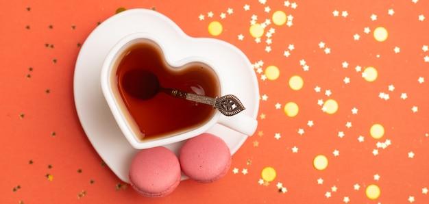 Tee des neuen jahres auf rotem grund . glitzer und roter hintergrund. urlaub. feiertagsdekorationen.