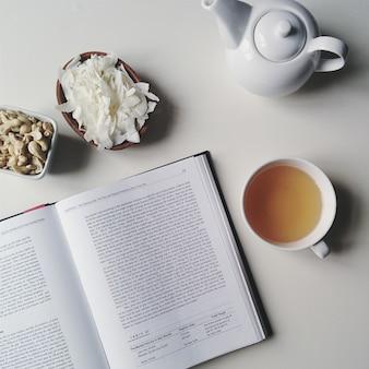 Tee entspannende pause mit kokosflocken und buch