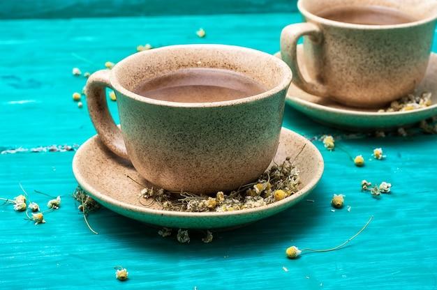 Tee gebraut mit kamille in keramikbechern