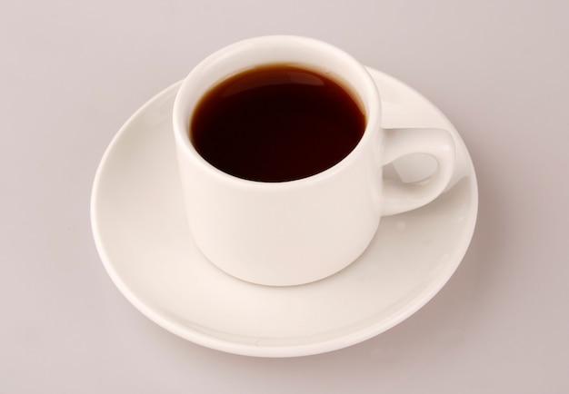 Tee in der weißen schale über hintergrund