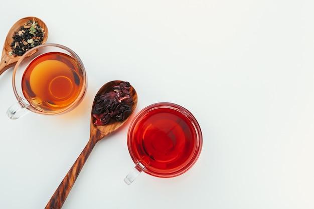 Tee in einer glasschale mit gewürzen und kräutern. ansicht von oben.
