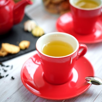 Tee in einer roten tasse