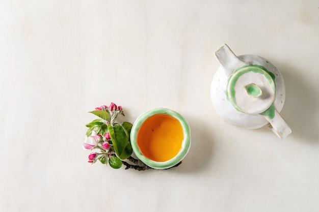 Tee in keramik-teekanne