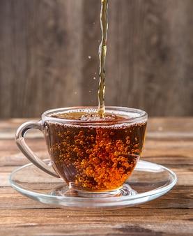 Tee in tasse gegossen, untertasse