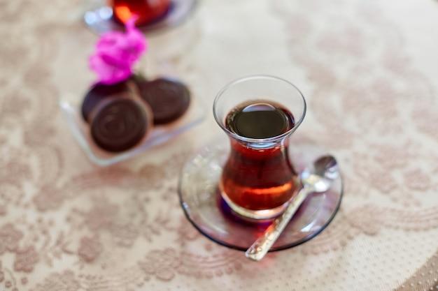 Tee in traditionellen türkischen glasteegläsern auf dem tisch mit keksen