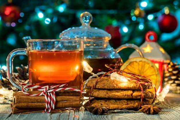 Tee, kerzenlicht und kekse