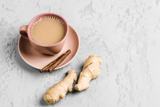 Tee masala in einer schale auf der platte mit den wintergewürzen des zimts und des ingwers