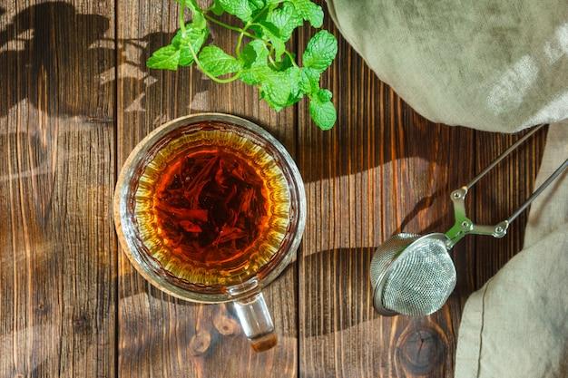Tee mit blättern und sieb