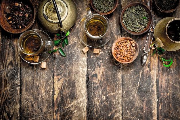 Tee mit chinesischem geschmack auf holztisch.