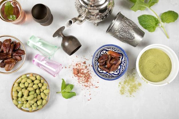 Tee mit dattelfrucht, gewürzen und nüssen auf tabelle