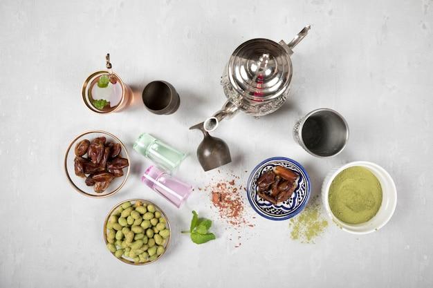 Tee mit dattelfrucht, gewürzen und nüssen