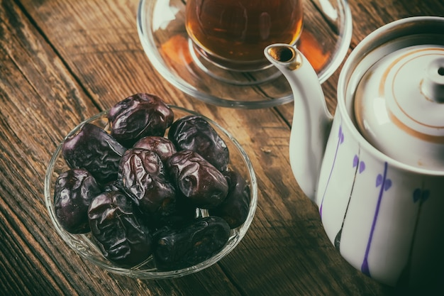 Tee mit datteln auf holztisch