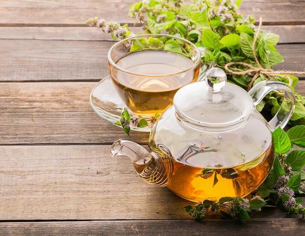 Tee mit frischen blättern