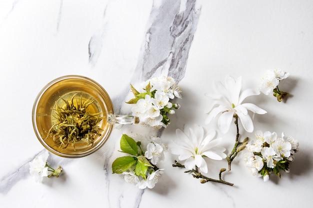 Tee mit frühlingsblumen