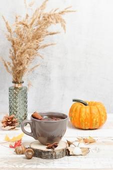 Tee mit gewürzen anis und zimt auf dem holzständer