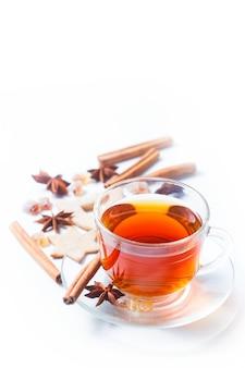 Tee mit gewürzen - zimt, eine nelke und anis