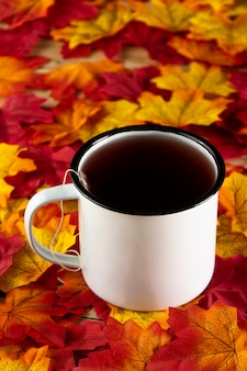 Tee mit herbstlaub