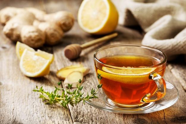 Tee mit ingwer und zitrone