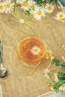 Tee mit kamille. selektiver fokus essen und trinken.