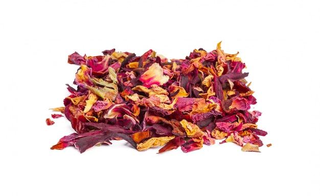 Tee mit kandierten früchten und rosenblättern isoliert