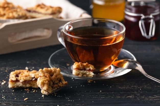 Tee mit lebkuchenplätzchen am weihnachtsabend