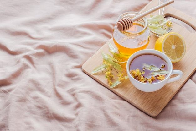 Tee mit linden, honig und zitrone.