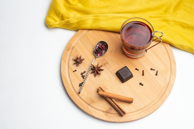 Tee mit marmelade und schokolade zum frühstück